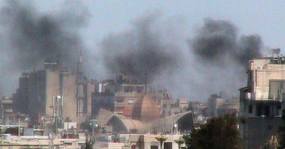Fumaça sobe no bairro Bab Sabaa, em Homs, na Síria
