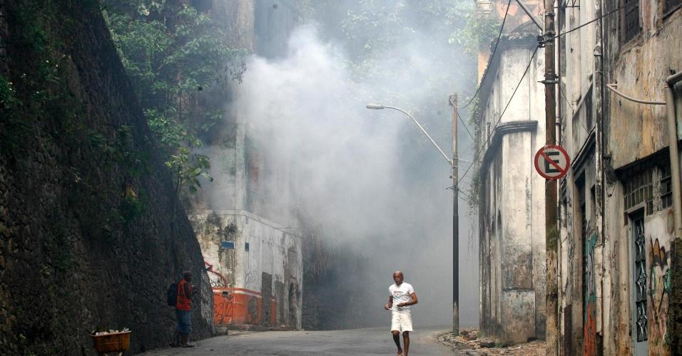 Grande quantidade de fumaça continua saindo do interior de um casarão localizado na Ladeira da Montanha, em Salvador