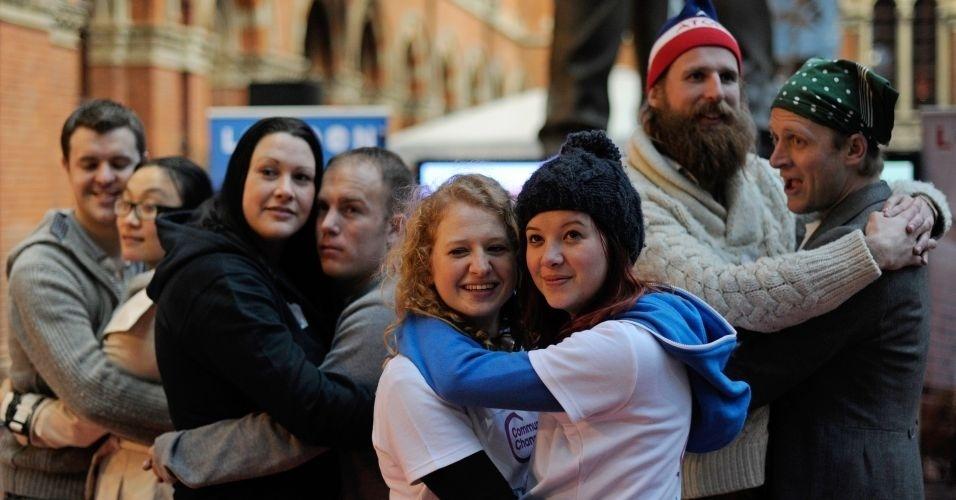 Grupo de ingleses quebram o recorde mundial de abraço mais longo, na estação St. Pancras, em Londres. O novo recorde de abraço é de 24 horas e 44 minutos, batendo a marca anterior em 11 minutos