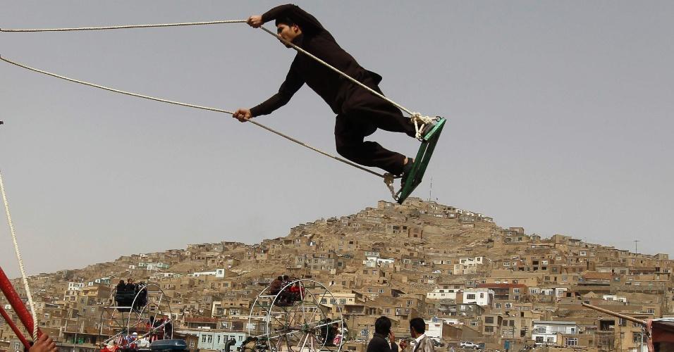 Homem brinca em balanço durante as celebrações do novo ano afegão (Noruz), em Cabul, capital do país