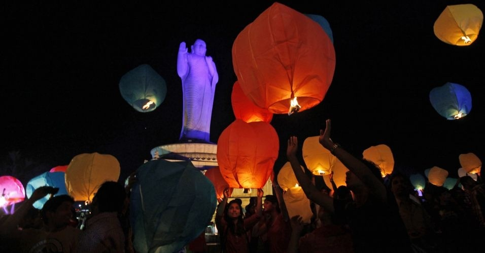 Indianos soltam mais de 30 mil lanternas ao céu, durante tentativa de bater o recorde do maior número de lanternas soltas simultaneamente no mundo, em Hyderabad, na Índia. O recorde anterior foi de 10.318 lanternas em Jacarta, na Indonésia