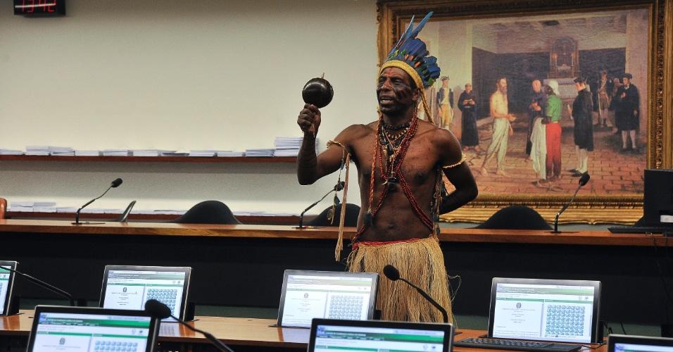 Índio faz manifestação na Comissão de Constituição e Justiça da Câmara dos Deputados, em Brasília