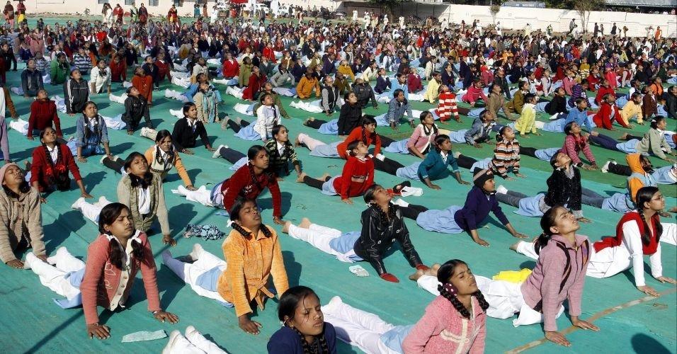 """Mais de 10 milhões de indianos participaram do """"Surya Namaskar"""", onde tentaram bater o recorde do maior número de pessoas realizando exercícios ao mesmo tempo, em toda a província de Madhya Pradesh. Na foto, estudantes indianas fazem exercícios de ioga em Bhopal, Madhya Pradesh (Índia)"""