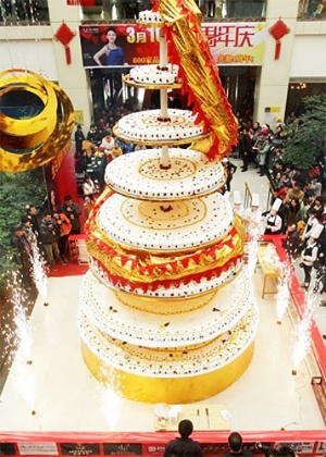 Mais de 20 chefs trabalharam durante 24 horas, na China, para fazer o bolo mais alto do mundo. Com oito metros de altura, a sobremesa contou com 500kg de ovos, 260 kg de farinha, 200 kg de creme, 100 kg de frutas e 80 kg de chocolate