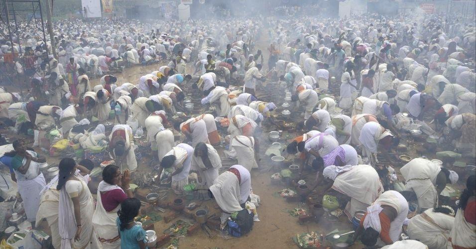 Mais de 3,5 milhões de mulheres devotas do hinduísmo oram e preparam mingau de arroz nas redondezas do templo Bhagavathy Attukal, em Thiruvananthapuram, capital do Estado de Kerala, na Índia. A prática faz parte do Festival Pongala ou Pongala Attuka, que pleiteia uma vaga no Livro dos Recordes como o maior encontro de mulheres em um festival do mundo