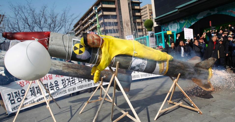Manifestantes contrários à Coreia do Norte simulam lançar um míssil com um boneco do líder norte-coreano, Kim Jong-un, em Seul, na Coreia do Sul. Eles protestam contra os planos de Jong de lançar um míssil