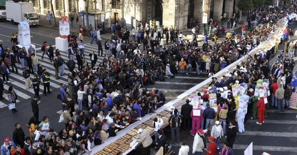Mexicanos se deliciaram com uma fatia de uma rosca de reis de 740 metros de comprimento e 9,3 toneladas de peso, considerada a maior do mundo, como parte de uma festa religiosa católica, na praça central de Zócalo da capital