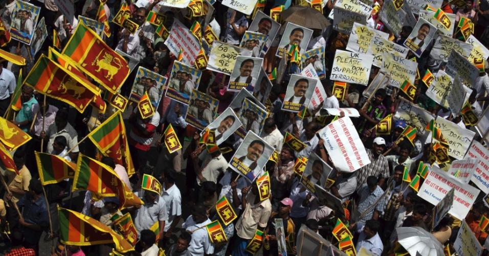 Milhares de cingaleses participam de protesto em Colombo, capital do Sri Lanka, contra resolução do Conselho de Direitos Humanos da ONU (Organização das Nações Unidas)