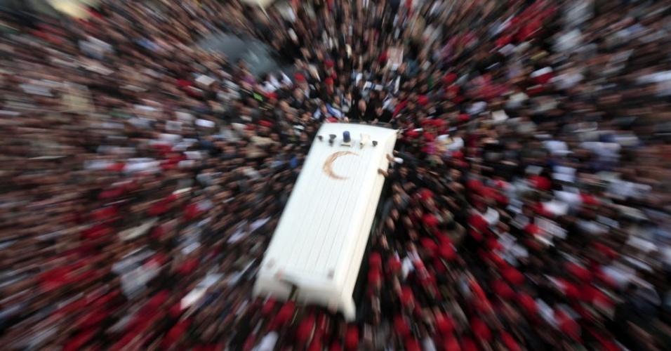 Milhares de pessoas vestidas de preto se reuniram no Cairo, no Egito, para o funeral do ortodoxo Christian Shenouda, que passou seus últimos anos tentando consolar uma comunidade perturbada pela ascensão do islamismo político