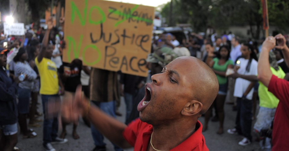 Moradores de Goldsboro, em Sanford (EUA), organizaram um protesto nesta terça-feira (20) exigindo maior eficiência do departamento de polícia da região na captura do assassino do joevem Trayvon Martin, 17, que morreu em fevereiro