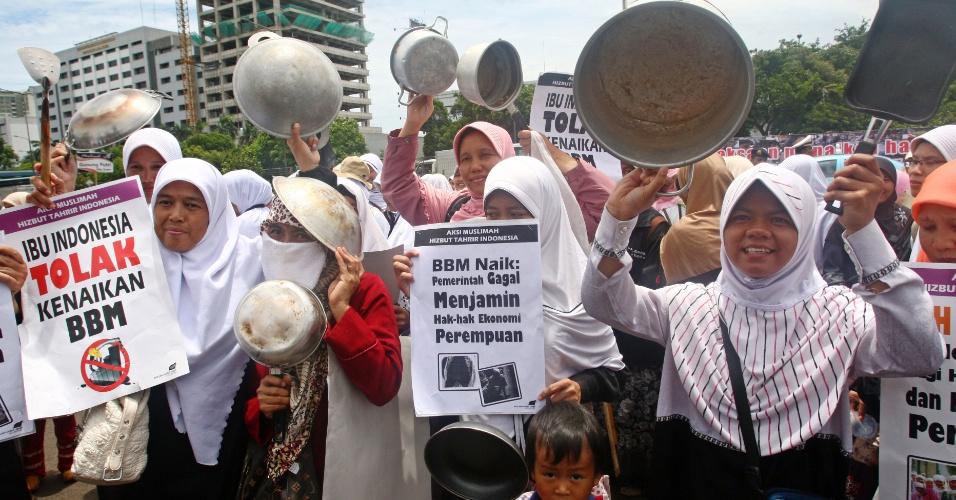 Muçulmanas carregam utensílios de cozinha durante protesto em Jacarta contra os planos do governo da Indonésia de aumentar o preço da gasolina