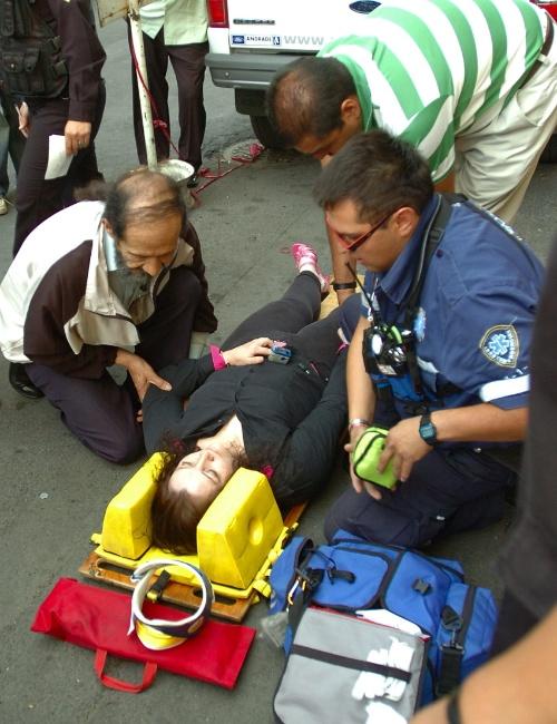 Paramédicos atendem mulher em uma rua da Cidade do México logo após o terremoto que atingiu o sul do México