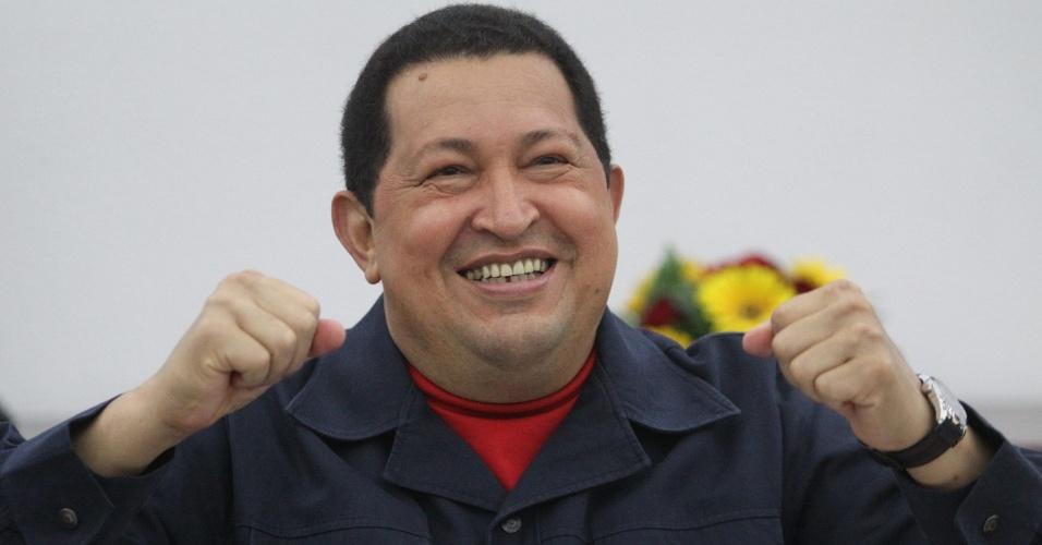 Presidente venezuelano Hugo Chávez comemora em Caracas, Venezuela, a parceria firmada com a presidente argentina Cristina Kirchner na área de tecnologia. A Argentina venderá à nação caribenha 13 estações de televisão digital, aumentará a aquisição de decodificadores e melhorará a conexão com a internet