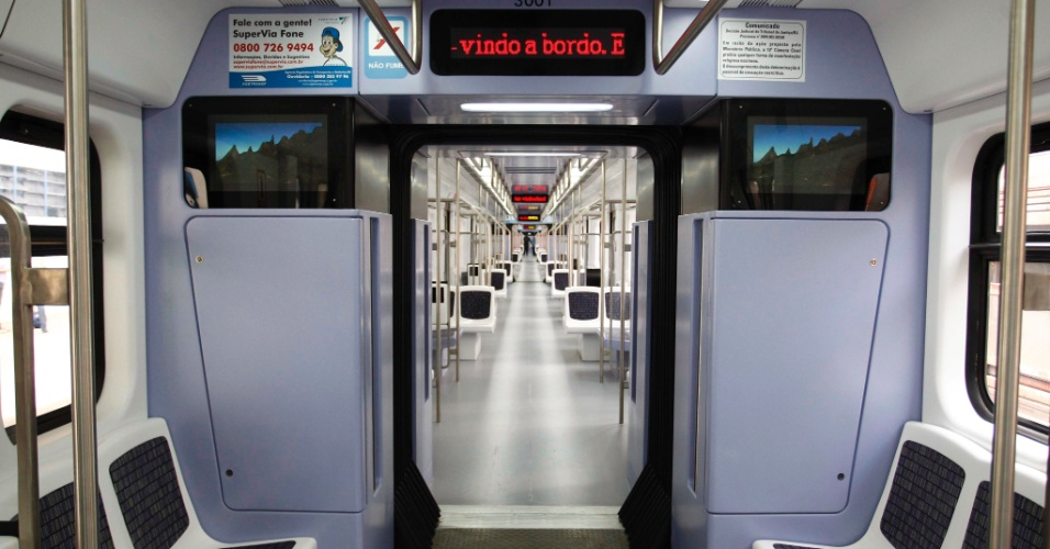 Primeiro dos 30 trens comprados na China pelo governo do Rio de Janeiro entra em circulação, após dois anos de espera. Com capacidade para 1,3 mil passageiros, as novas composições ?que custaram US$ 188 milhões- são equipadas com ar-condicionado, painéis digitais, TVs de plasma, câmeras de monitoramento e sistema de comunicação direta com o Centro Operacional