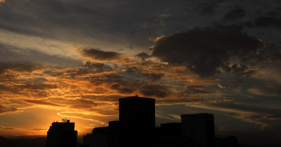 Primeiro pôr do sol do Outono no centro do Rio de Janeiro. O dia na capital fluminense terminou com temperatura de 21 °C