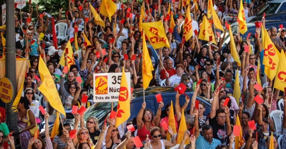 Professores da rede estadual do RS realizam uma assembleia-geral no centro de Porto Alegre, nesta terça-feira (20), para pedir a implementação do Piso Nacional do Magistério ainda em 2012, cujo valor é R$ 1.451 por 40 horas semanais