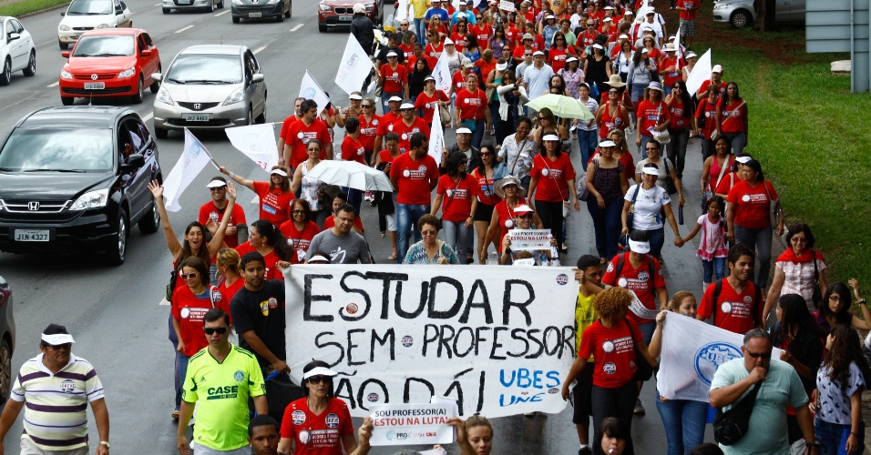 Professores da rede pública de ensino do Distrito Federal aprovaram por ampla maioria, em assembleia realizada em Brasília, a continuidade da greve da categoria por tempo indeterminado