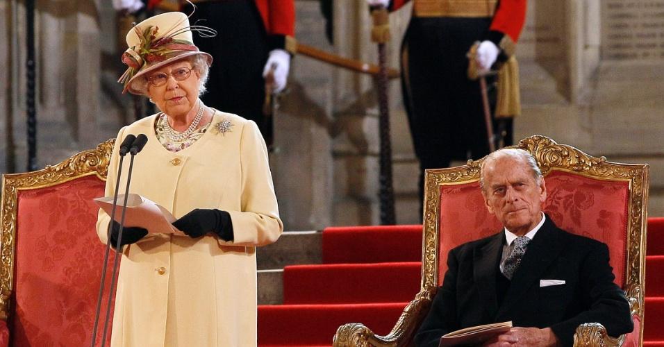 Rainha Elizabeth 2ª da Inglaterra discursa ao lado do duque de Edimburgo, no Westminster Hall, em Londres, no Reino Unido