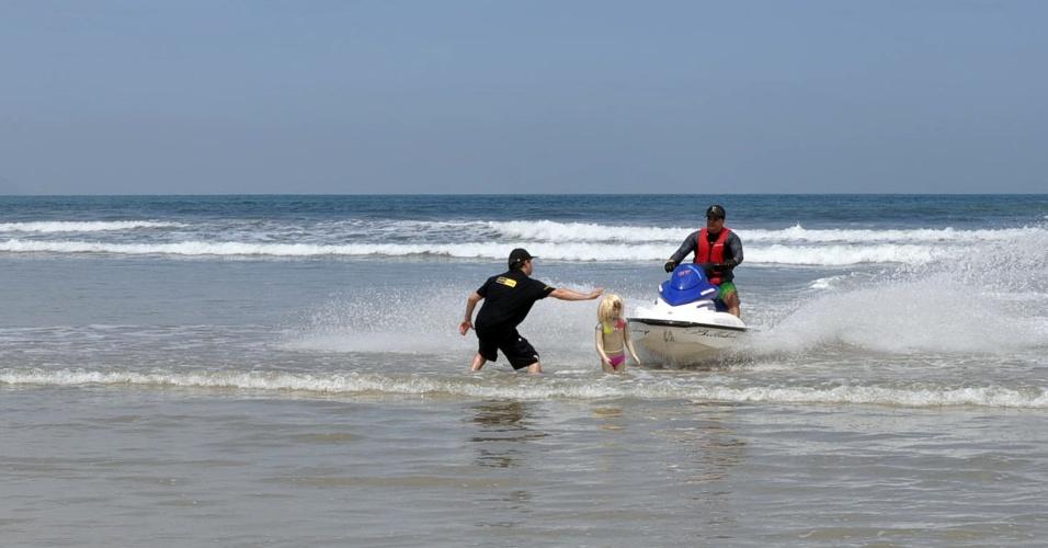 Técnicos do Grupo de Avaliação, Perícia e Engenharia participam da simulação do acidente com o jet ski que em fevereiro matou a menina Grazielly Lames, na praia de Guaratuba, em Bertioga