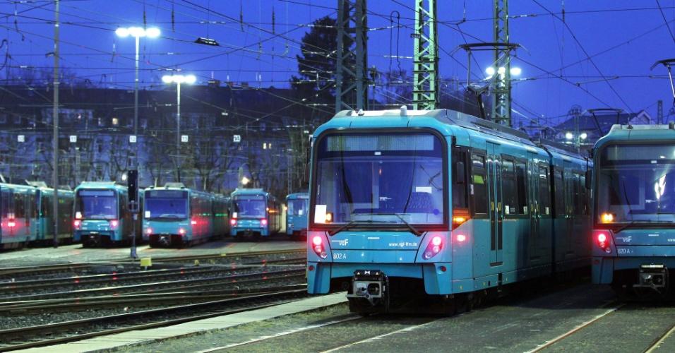 Trens de metrô de Frankfurt, na Alemanha, ficam parados em depósito durante greve de servidores públicos no país