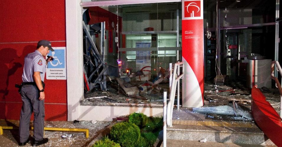 Três caixas eletrônicos foram explodidos por bandidos em uma agência do banco Bradesco, em Santana de Parnaiba, na Grande São Paulo