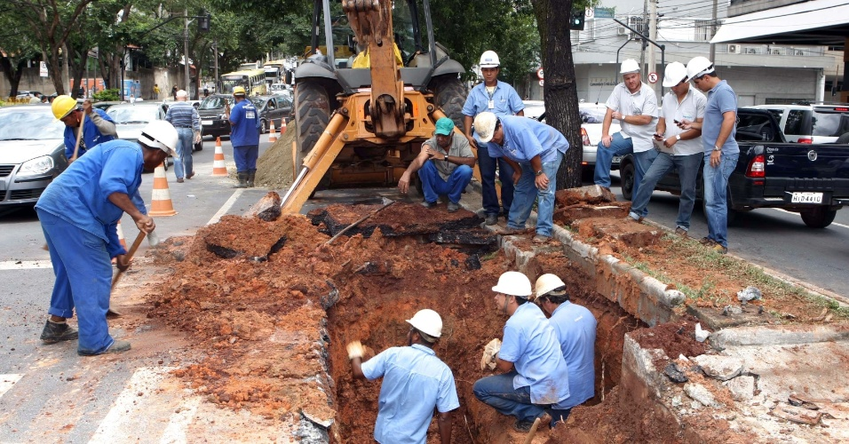 Uma adutora de 400 milímetros rompeu na manhã desta terça-feira (20) no cruzamento das avenidas do Contorno e Prudente de Morais, no bairro Cidade Jardim, em Belo Horizonte (MG). Vários bairros da região centro-sul da capital mineira ficaram sem água