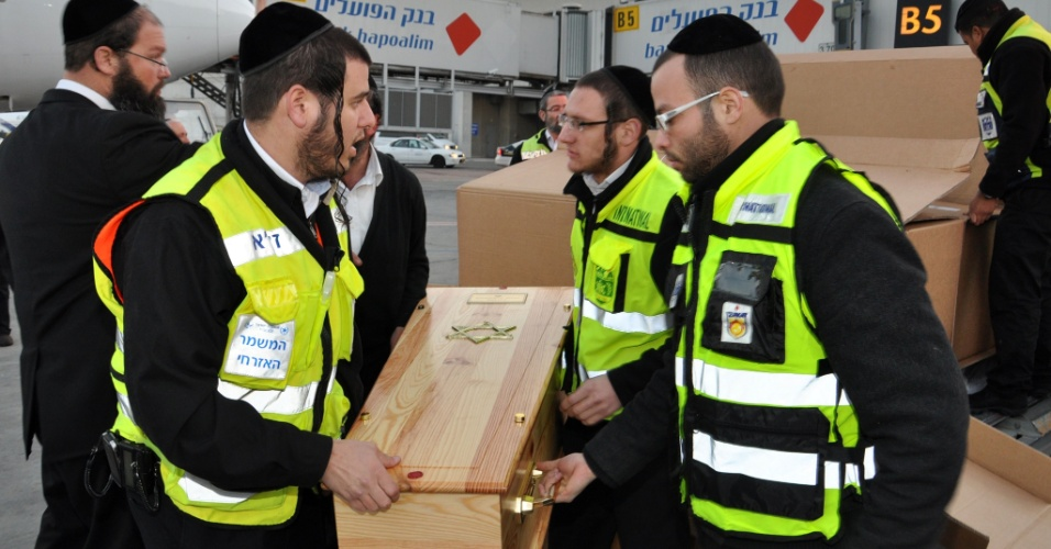 21.mar.2012 - Voluntários carregam os caixões de Rabbi Jonathan Sandler, 30, de seus filhos Arieh, 5, e Gabriel, 4, e da garota Miriam Monsonego, 7, para o funeral. Eles morreram durante tiroteio em escola judia de Toulouse, na França