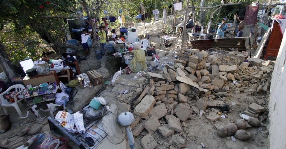 Mexicanos deixam pertences na rua após ter sua casa danificada, em Ometepec