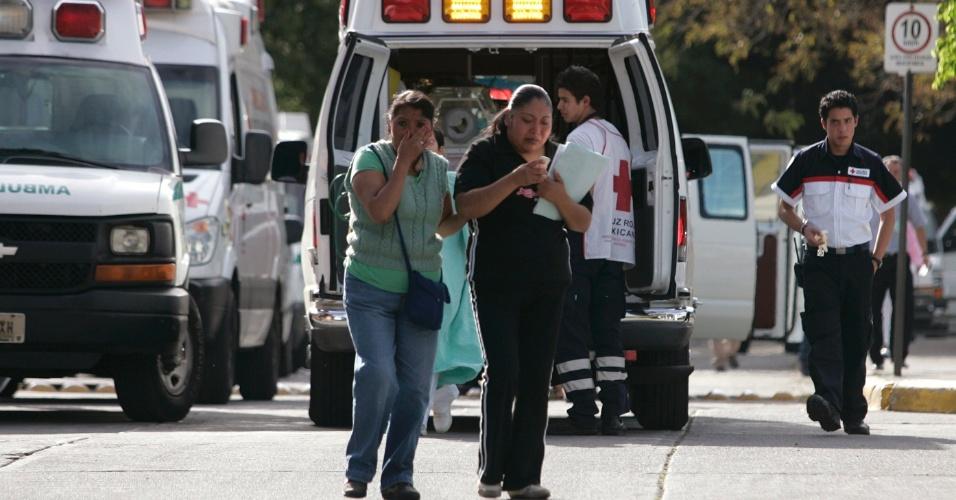 Mulheres são retiradas de hospital após terremoto na Cidade do México