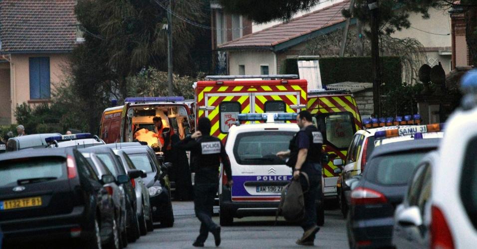 O prédio de cinco andares, no qual permanece o suposto assassino de Toulouse, no sul da França, foi esvaziado pela Polícia depois de os moradores serem obrigados a permanecer no mesmo durante a noite por razões de segurança