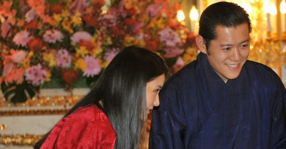 O rei do Butão, Jigme Khesar Namgyel Wangchuck, com sua mulher, Jetsun Pema (esquerda)