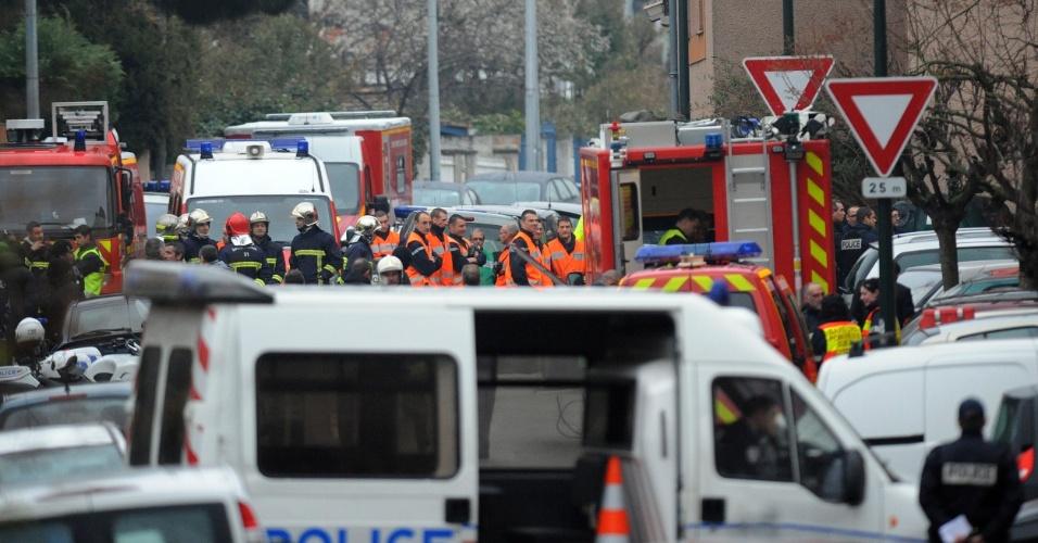 Rua onde fica o prédio de cinco andares, no qual permanece o suposto assassino de Toulouse, no sul da França, é tomada pela polícia. O edifício também foi esvaziado depois de os moradores serem obrigados a permanecer no mesmo durante a noite, por razões de segurança