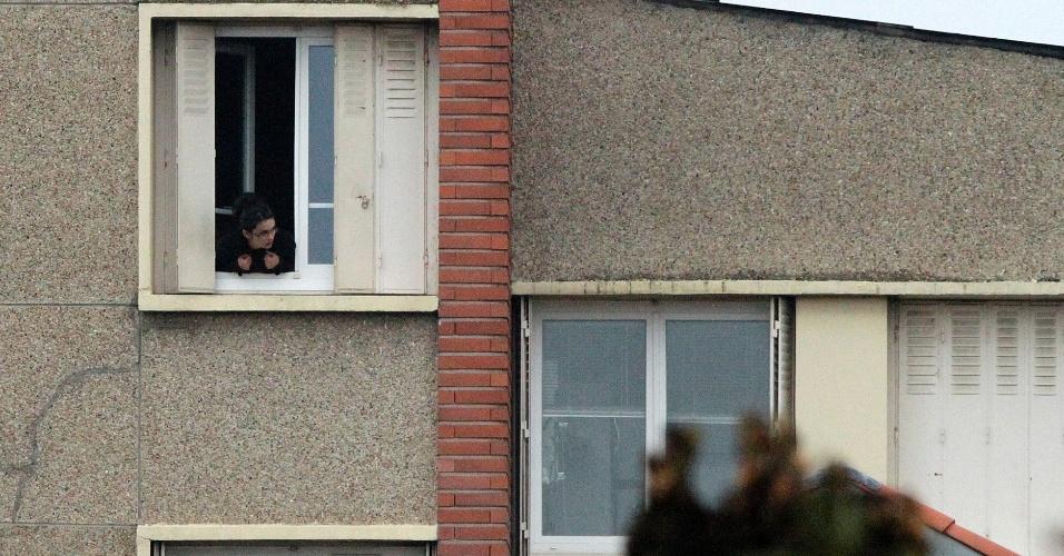 Vizinha observa cena durante incursão em uma casa para prender o suposto atirador que matou três crianças e um rabino em escola de Toulouse, na França.