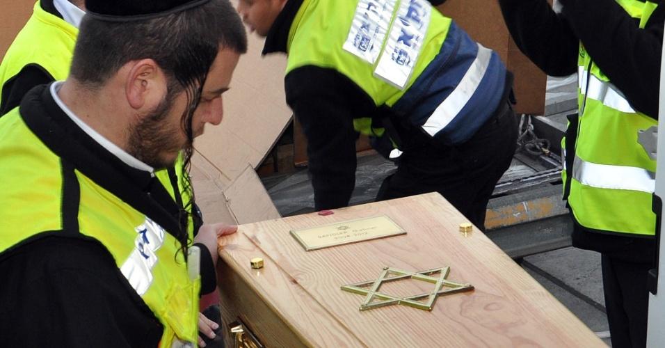Voluntários preparam os caixões de Rabbi Jonathan Sandler, 30, de seus filhos Arieh, 5, e Gabriel, 4, e da garota Miriam Monsonego, 7, para o funeral. Eles morreram durante tiroteio em escola judia de Toulouse, na França