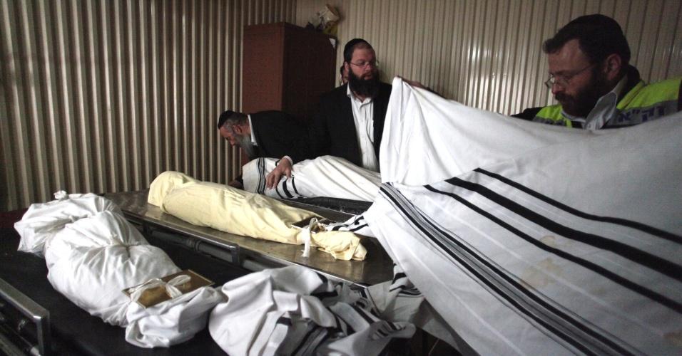 Voluntários preparam os corpos de Rabbi Jonathan Sandler, 30, de seus filhos Arieh, 5, e Gabriel, 4, e da garota Miriam Monsonego, 7, para o funeral. Eles morreram durante tiroteio em escola judia de Toulouse, na França