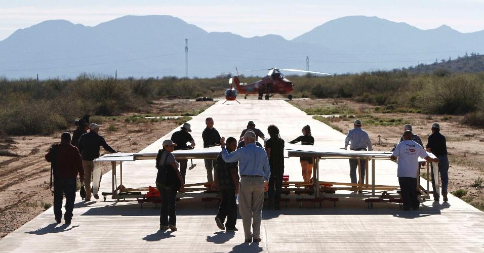 Avião de papel de 13,7 metros de comprimento é lançado nos EUA