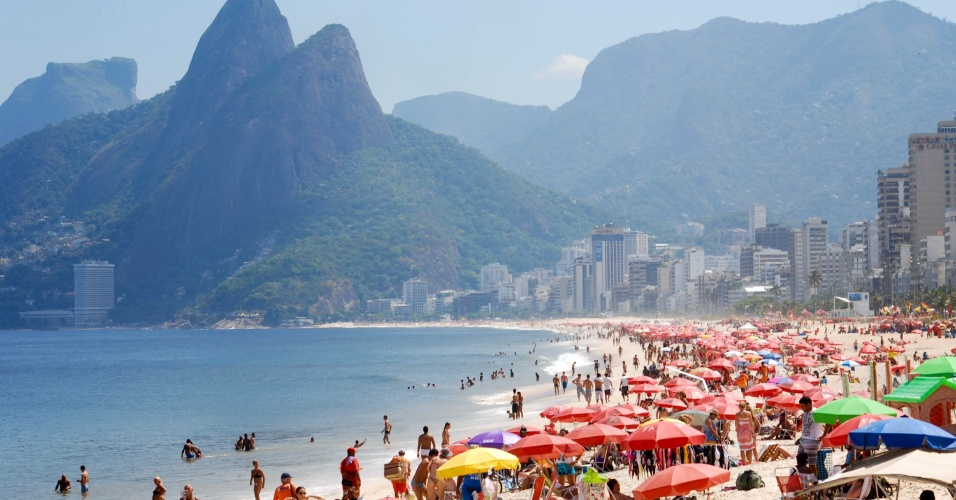 Cariocas aproveitam praia de Ipanema, na zona sul do Rio de Janeiro
