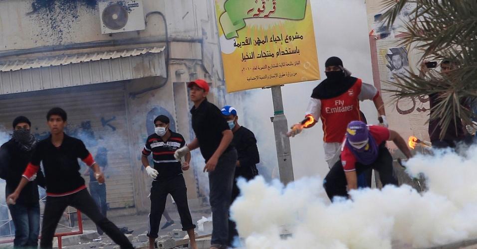 Manama, capital do Bahrein, tem novo dia de confrontos entre manifestantes contrários ao governo e forças de segurança