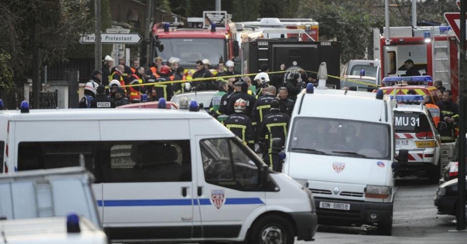 Policiais e bobmeiros continuam negociando com Mohamed Merah, possível atirador de escola na França, que matou três crianças e um rabino em Toulouse. A polícia francesa afirmou na manhã de hoje que o suspeito está morto