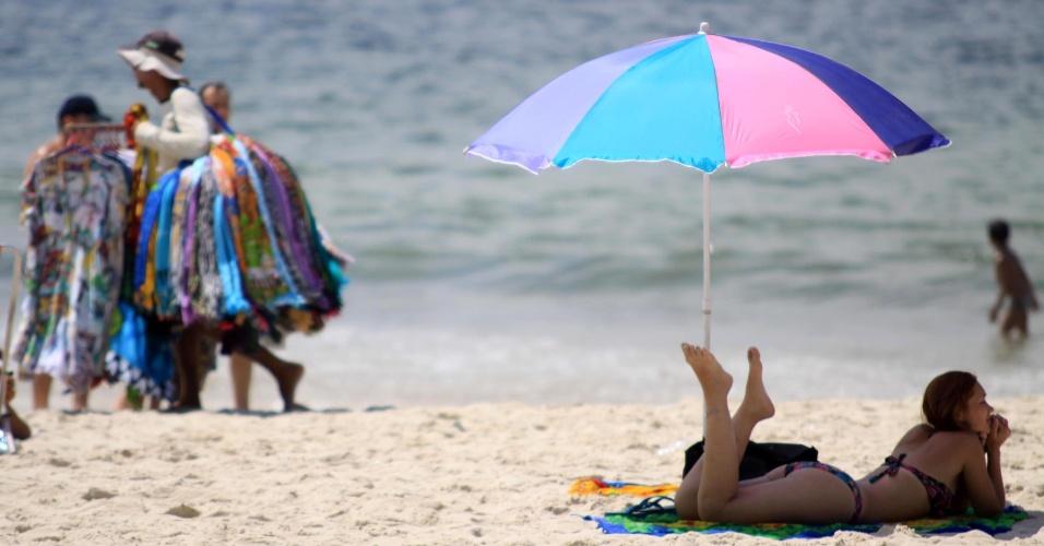 Ambulantes e banhistas frequentam a praia de Ipanema em sexta-feira de calor