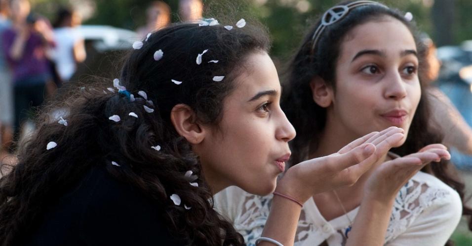 As gêmeas Rama e Elana brincam com pétalas de flor de cerejeira em Washington. O Festival Nacional das cerejeiras em flor marca o centenário da chegada da primeira cerejeira aos Estados Unidos, como presente do prefeito de Tóquio