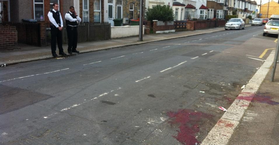 Cinco agentes da Polícia Metropolitana de Londres, na Inglaterra (Reino Unido), ficaram feridos e foram hospitalizados após serem atacados por um cão pitbull