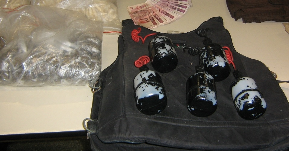 Colete de homem-bomba é apreendido em ponto de tráfico na zona Sul de São Paulo. No imóvel também foram encontradas três mil porções de cocaína e munições para fuzil