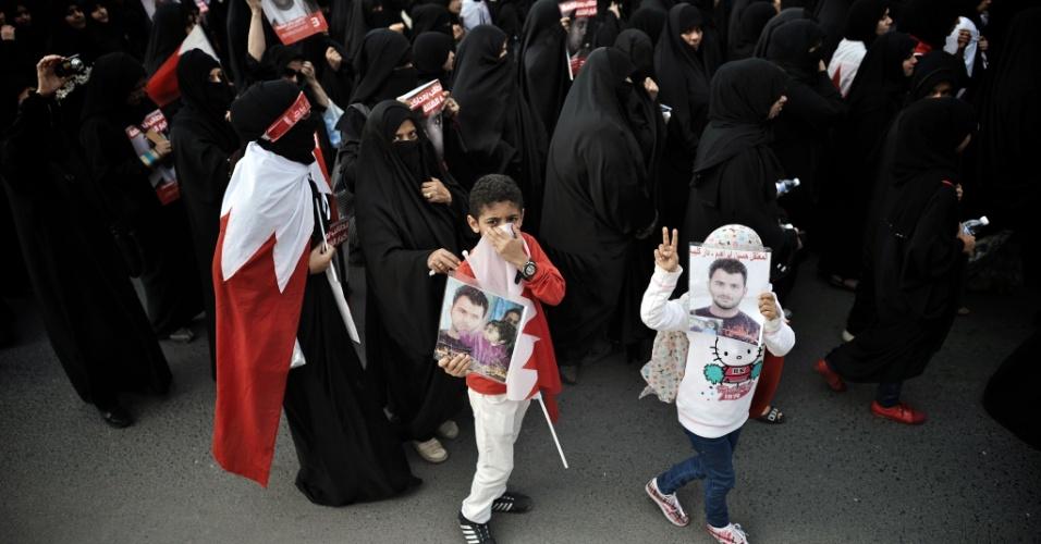 Com os filhos, mulheres saem às ruas pedindo reformas ao governo central, na cidade xiita de Jidhafs, a oeste de Manama. milhares de pessoas tomaram as ruas de povoados próximos a capital, pedindo mudanças no regime político do Bahrein