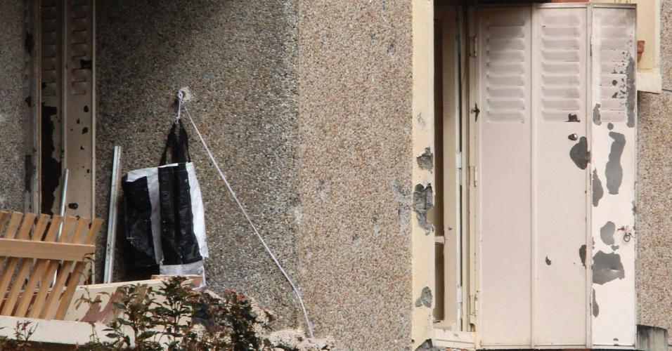 Foto mostra janela pela qual o assassino confesso de Toulouse, na França, teria saltado disparando, no momento da invasão policial ao apartamento em que morava