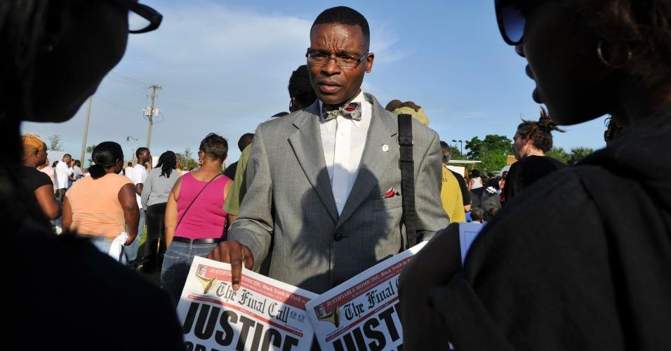 Homem vende jornal cuja notícia da primeira página é um artigo sobre a morte de Trayvon Martin, antes de passeata em homenagem ao adolescente em Sanford, na Flórida