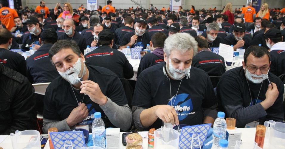 Homens se barbeiam simultaneamente em Salônica (segunda maior cidade da Grécia) para bater o recorde mundial do maior número de homens se barbeando ao mesmo tempo. O recorde anterior é da Índia, que reuniu 1863 ex-barbados