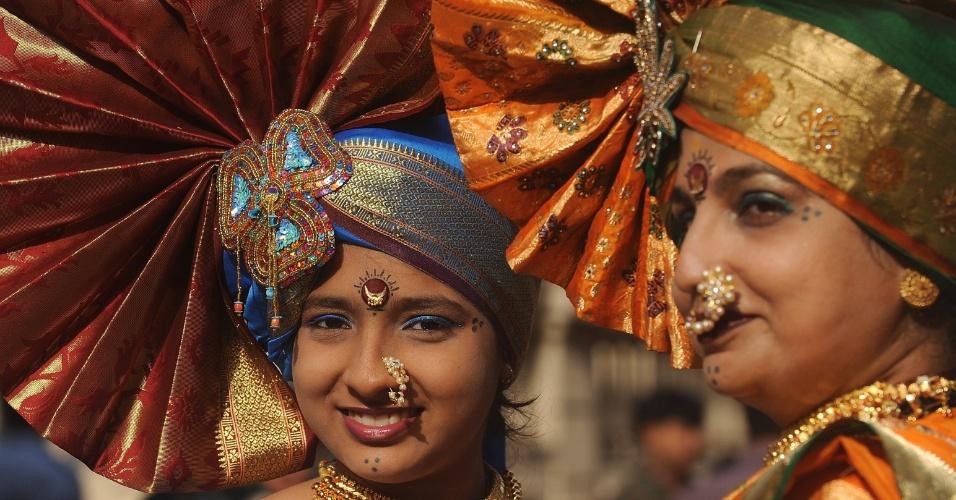 """Indianas vestidas com trajes tradicionais de dança participam de procissão que comemora o ano novo hindu, também conhecido com """"Gudhi Padwa"""", em Mumbaim"""