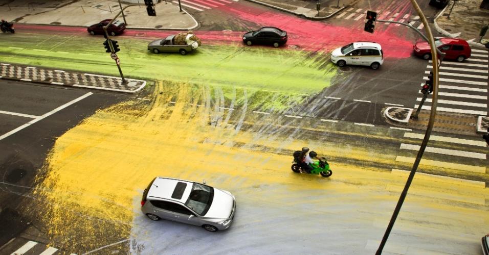 Intervenção artística com tintas solúveis em água coloriu o asfalto da av. São João (com a rua Helvética), no centro da capital paulista