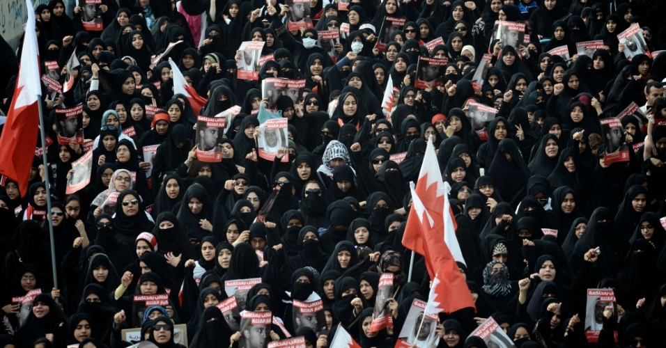 Mulheres bareinitas participam de marcha na cidade de Jidhafs, a oeste de Manama. Nesta sexta-feira (23), milhares de pessoas tomaram as ruas de povoados xiitas próximos a capital, pedindo mudanças no regime político do Bahrein